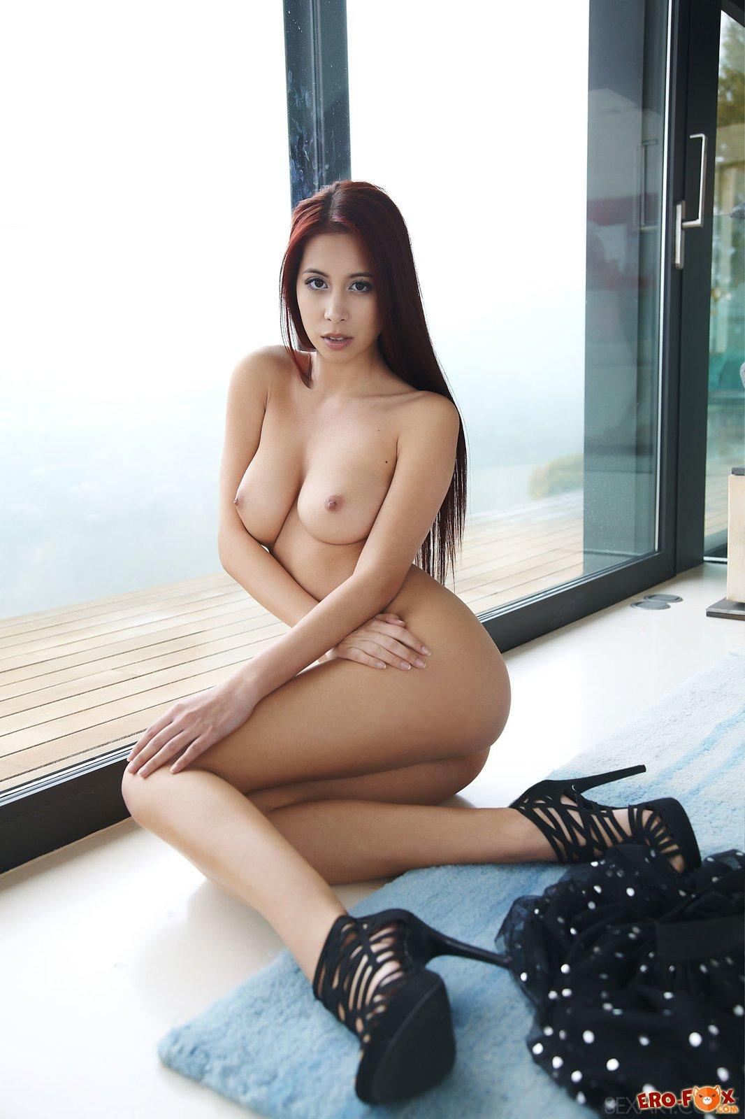 Грудастая азиатка с упругой попкой