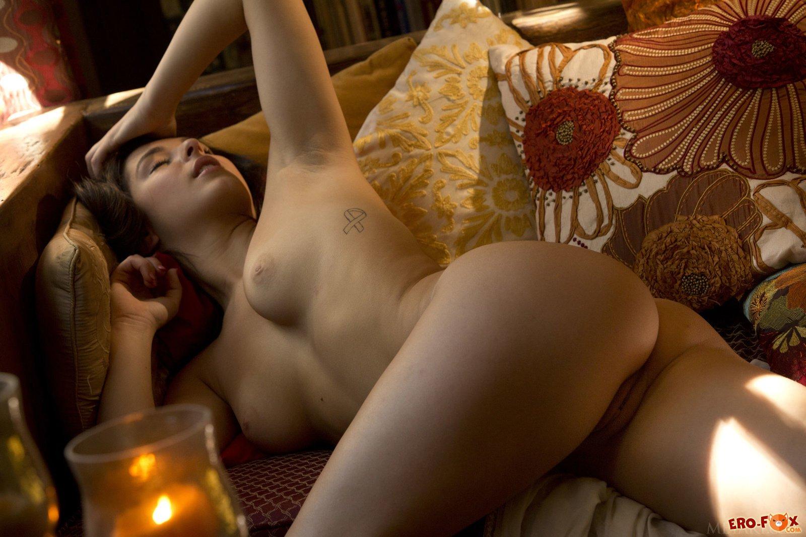 Сексуальная брюнетка показала шикарную попку .