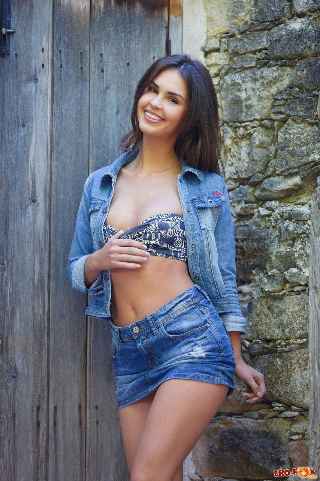Девушка в джинсовке на голое тело