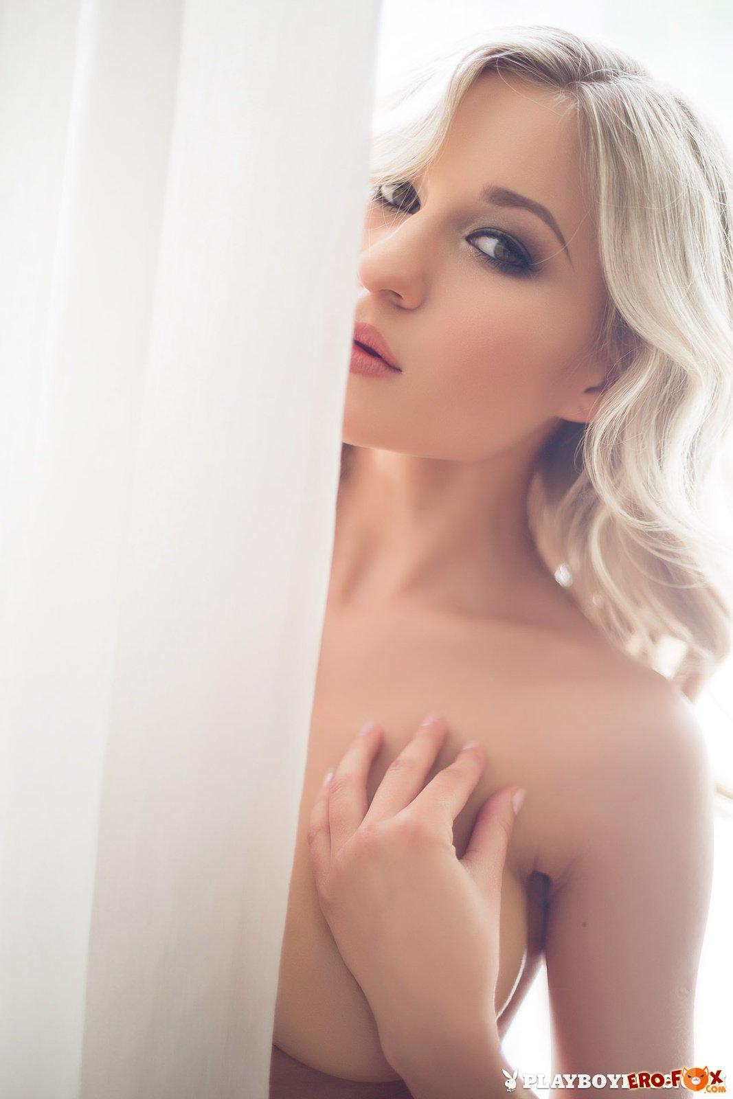 Красивая обнажённая блондинка в трусиках