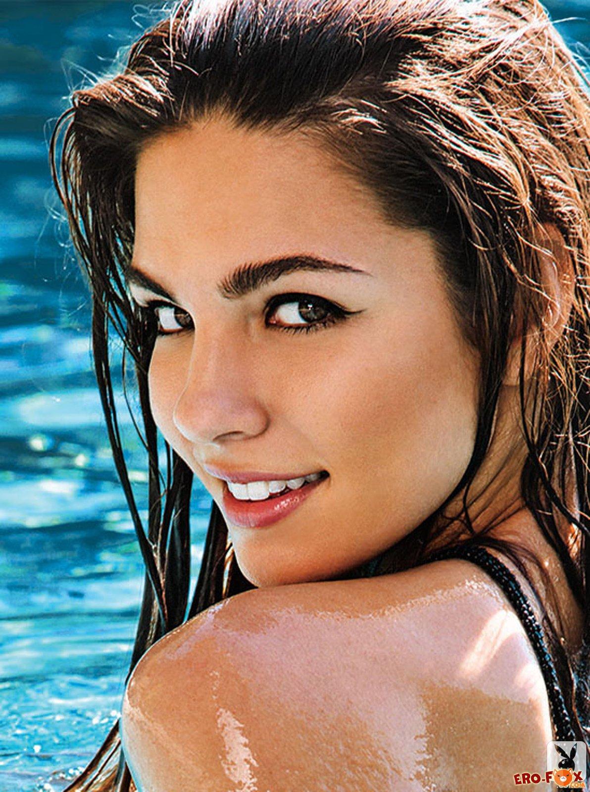 Сексуальная голая девушка в бассейне отеля