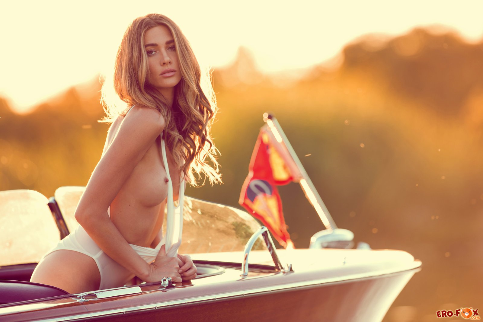 Девушка обнажила свою красивую упругую грудь