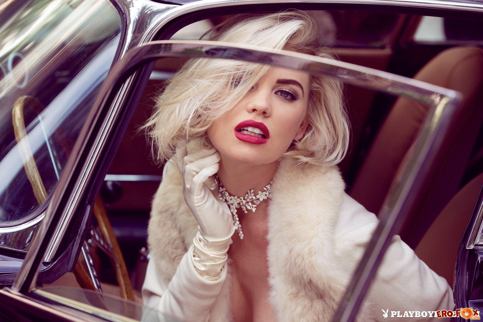 ретро эротика в старом автомобиле  блондинки плейбой.