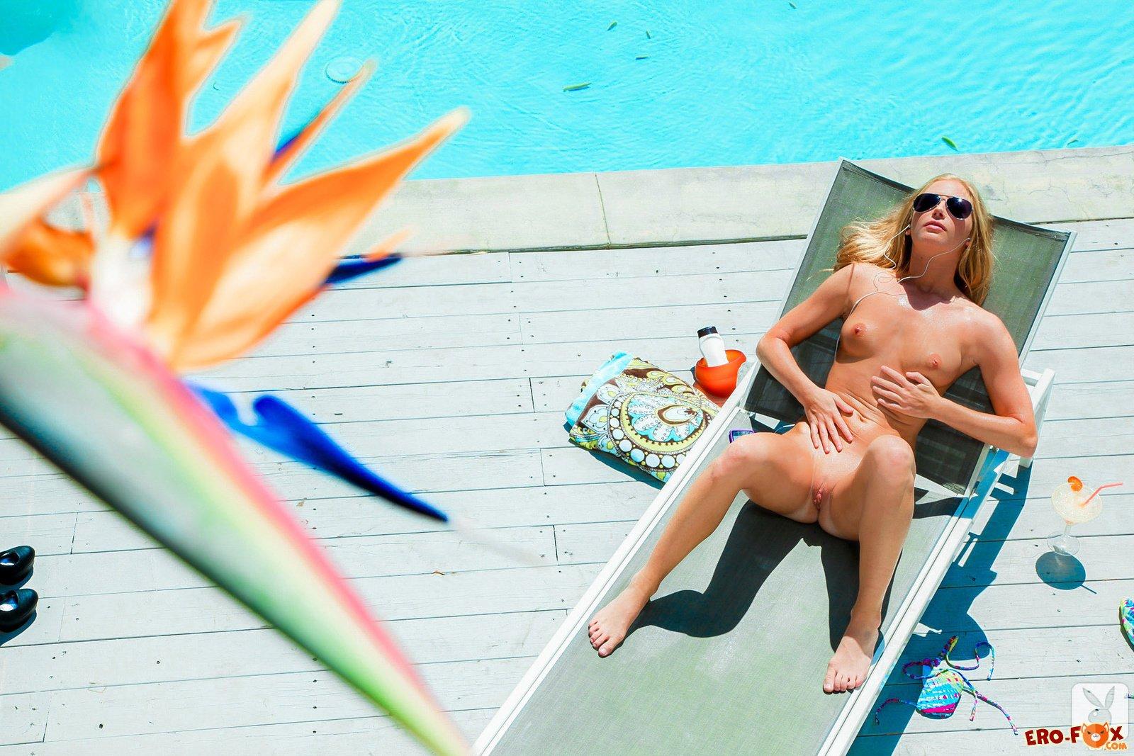 Сексуальная блондинка в купальнике топлес