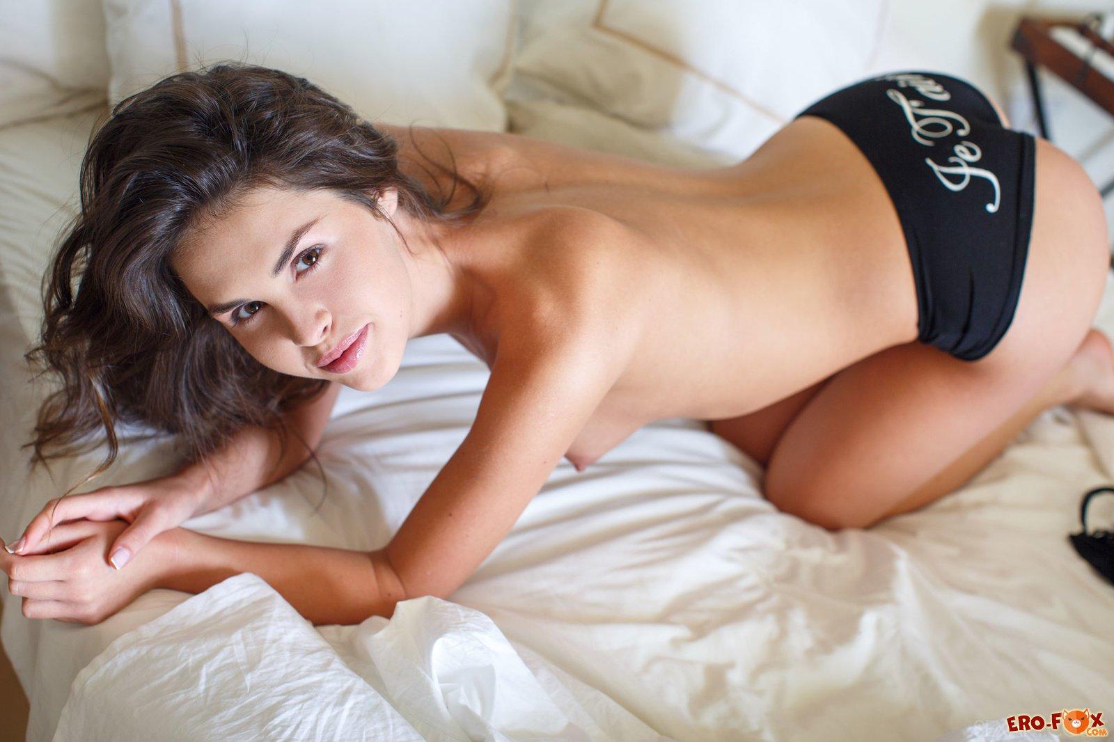 Стройная брюнетка раком в постели