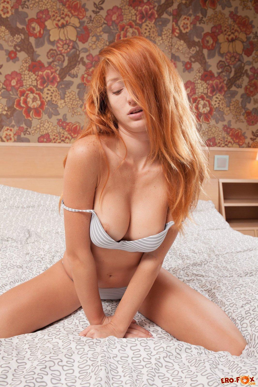 Рыжая девушка с красивой писькой и большой грудью