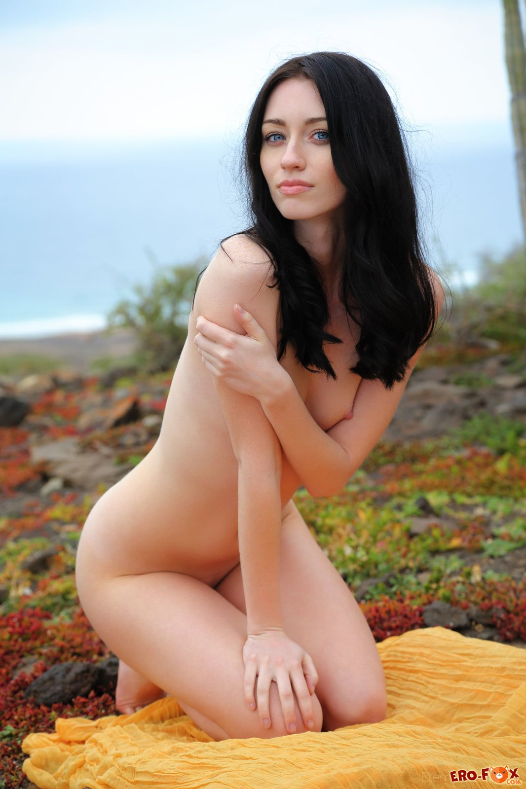 Хрупкая голая брюнетка на природе