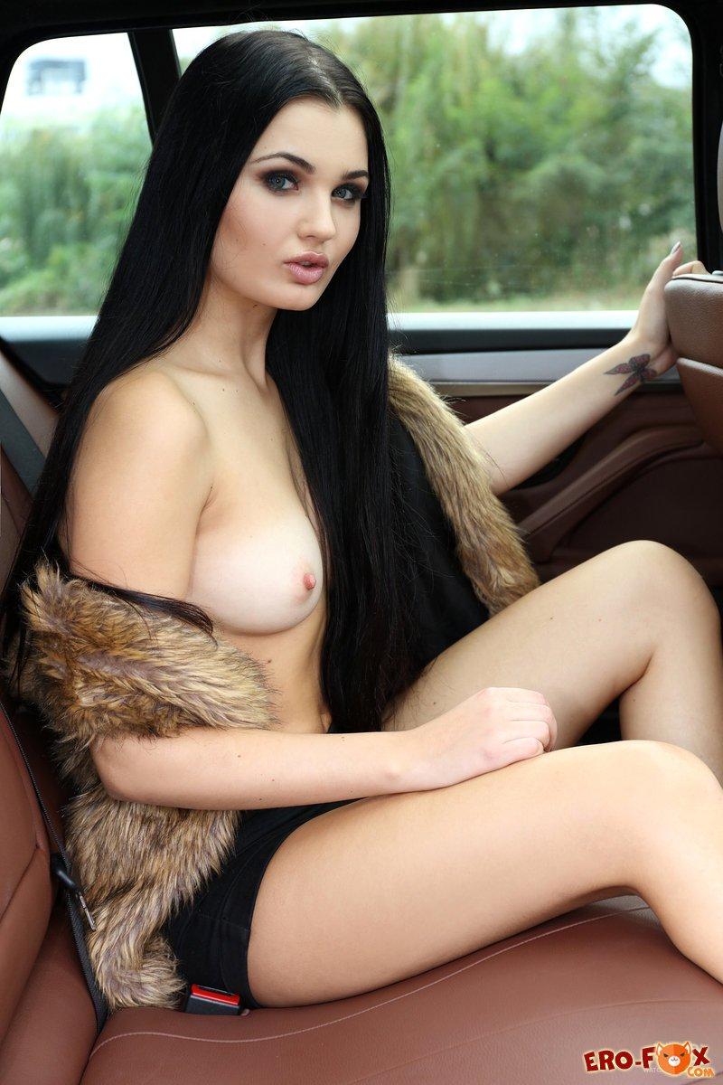 Голая девушка в машине бмв
