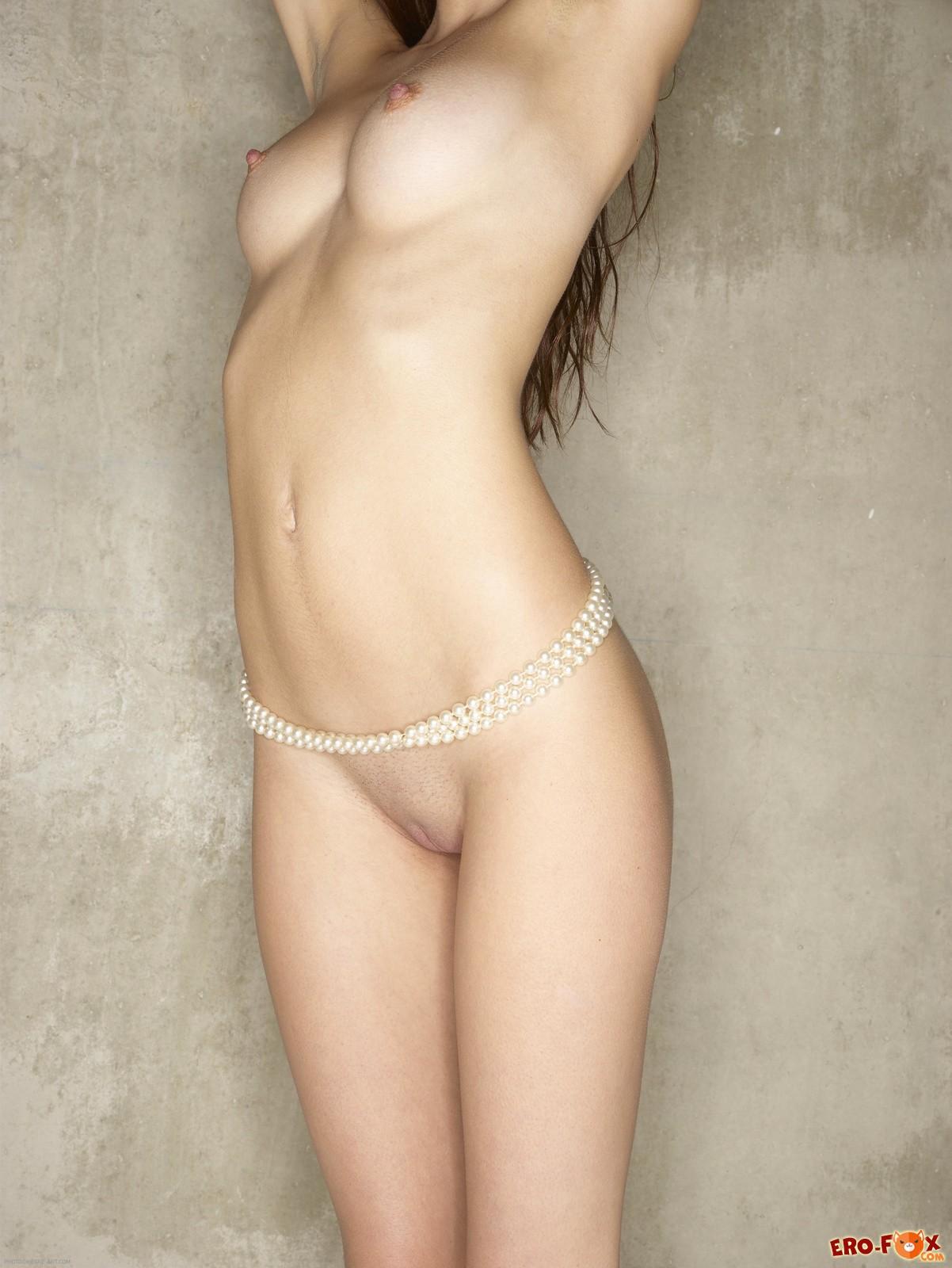 Голая худенькая и красивая девушка