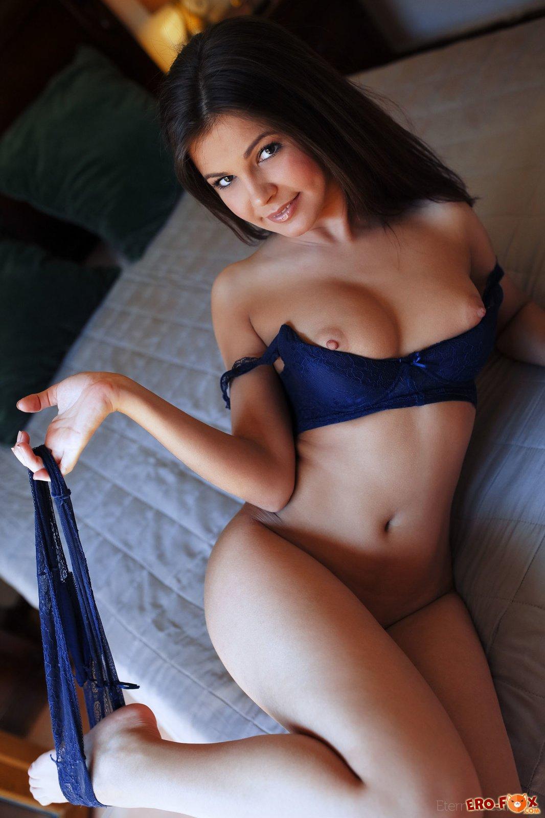 Красивая девушка в синем нижнем белье