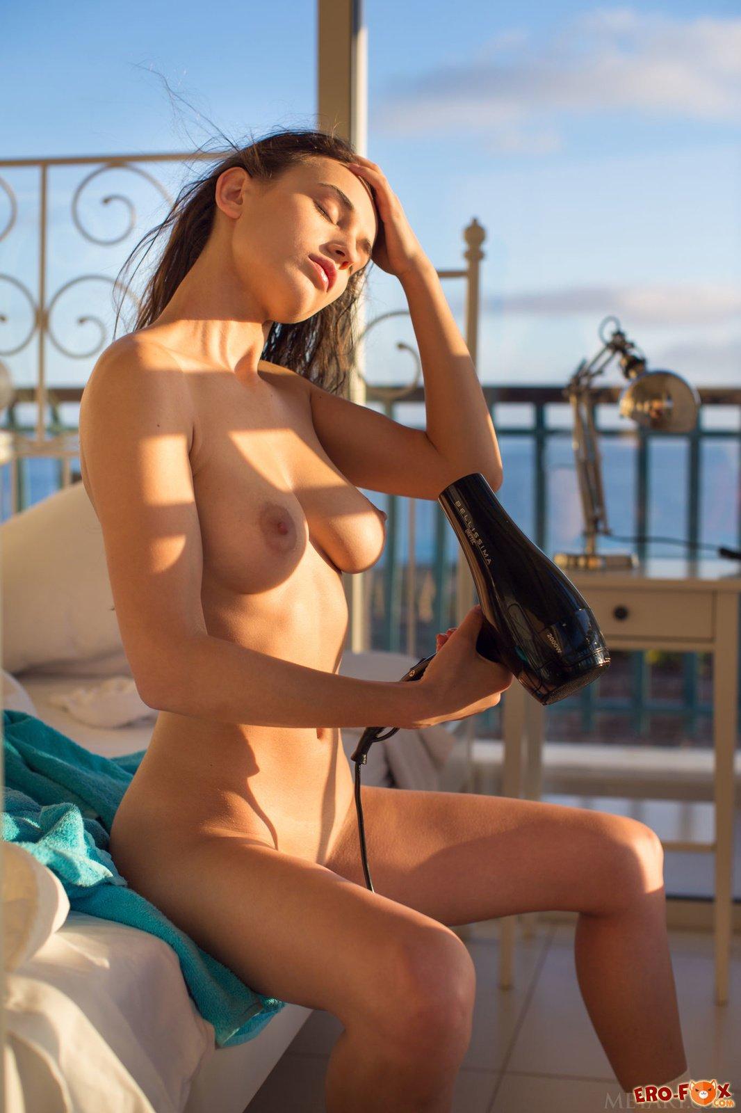 Молодая сочная девушка с красивым телом