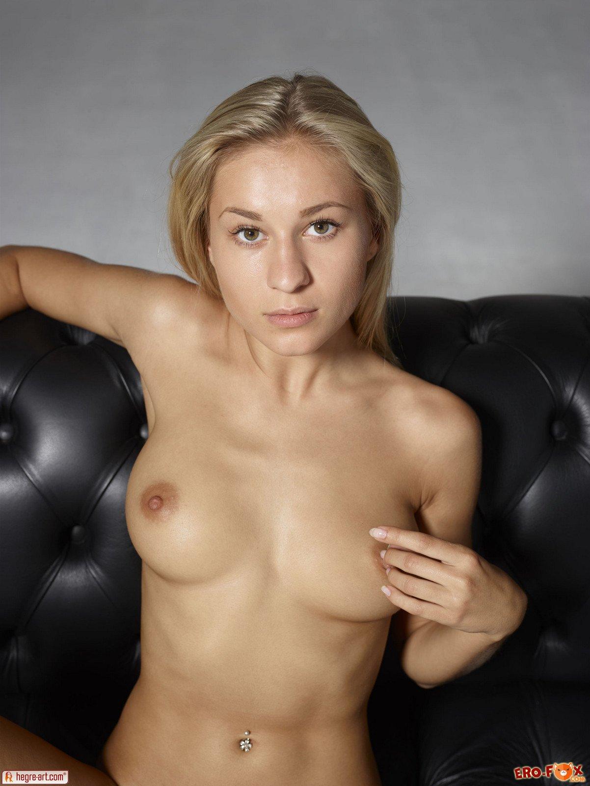 Русская сисястая блондинка сняла трусы
