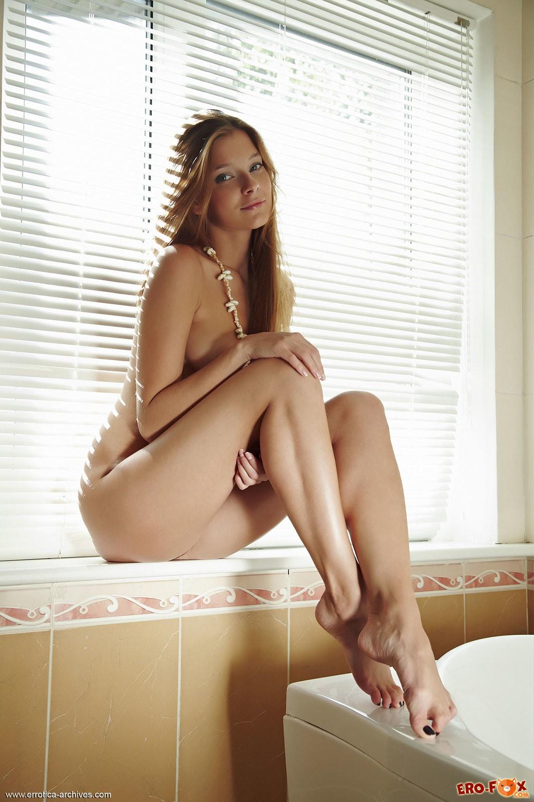 Красивая голая девушка в ванной комнате