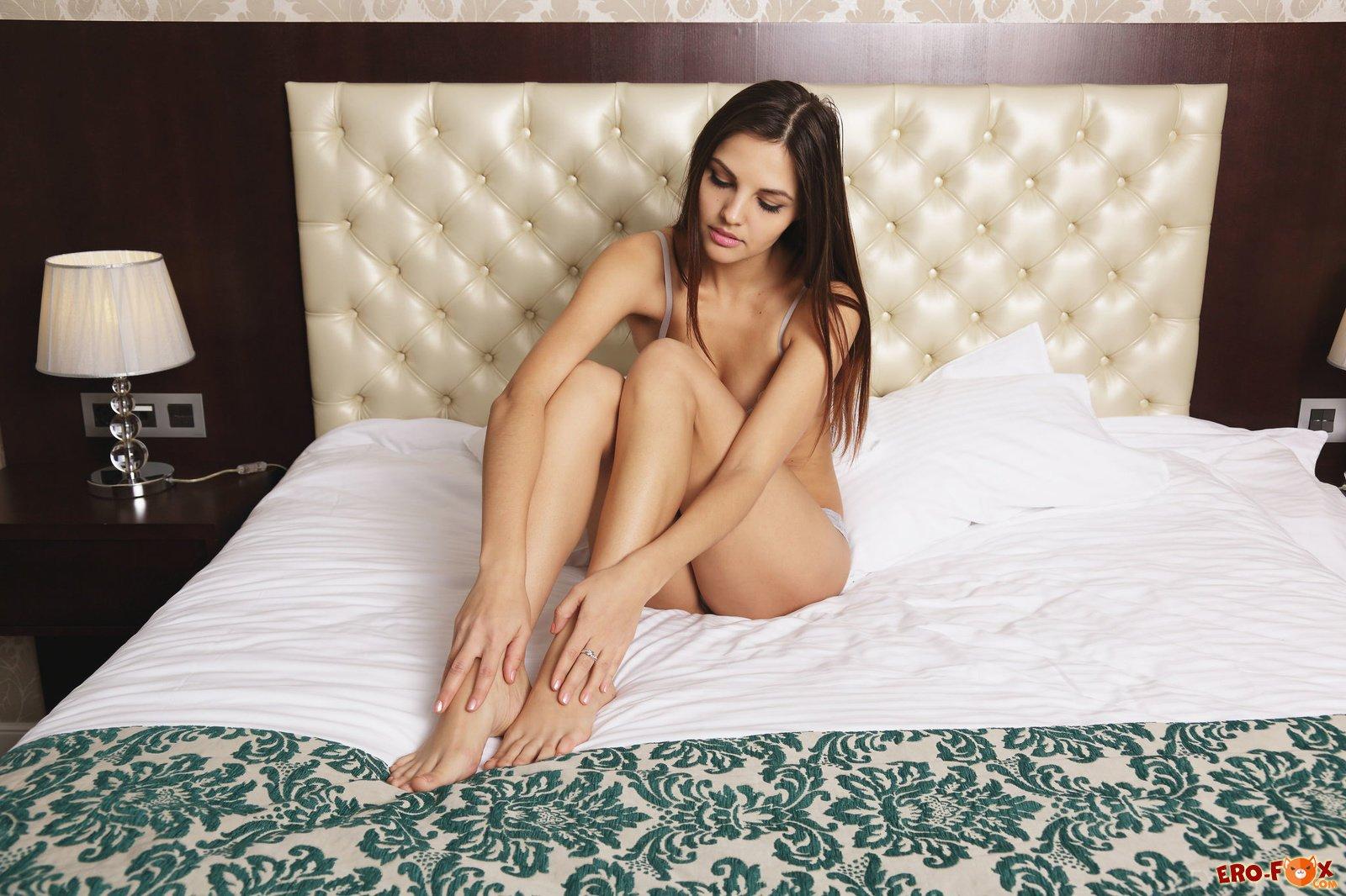 Девушка сняла трусики на кровати в спальне