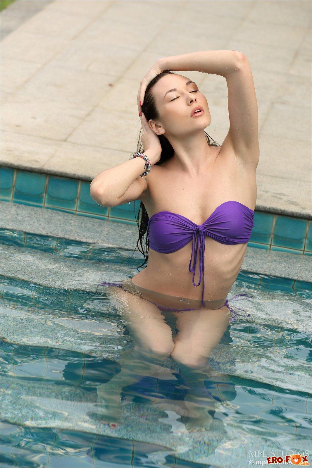 Брюнетка сняла купальник в бассейне