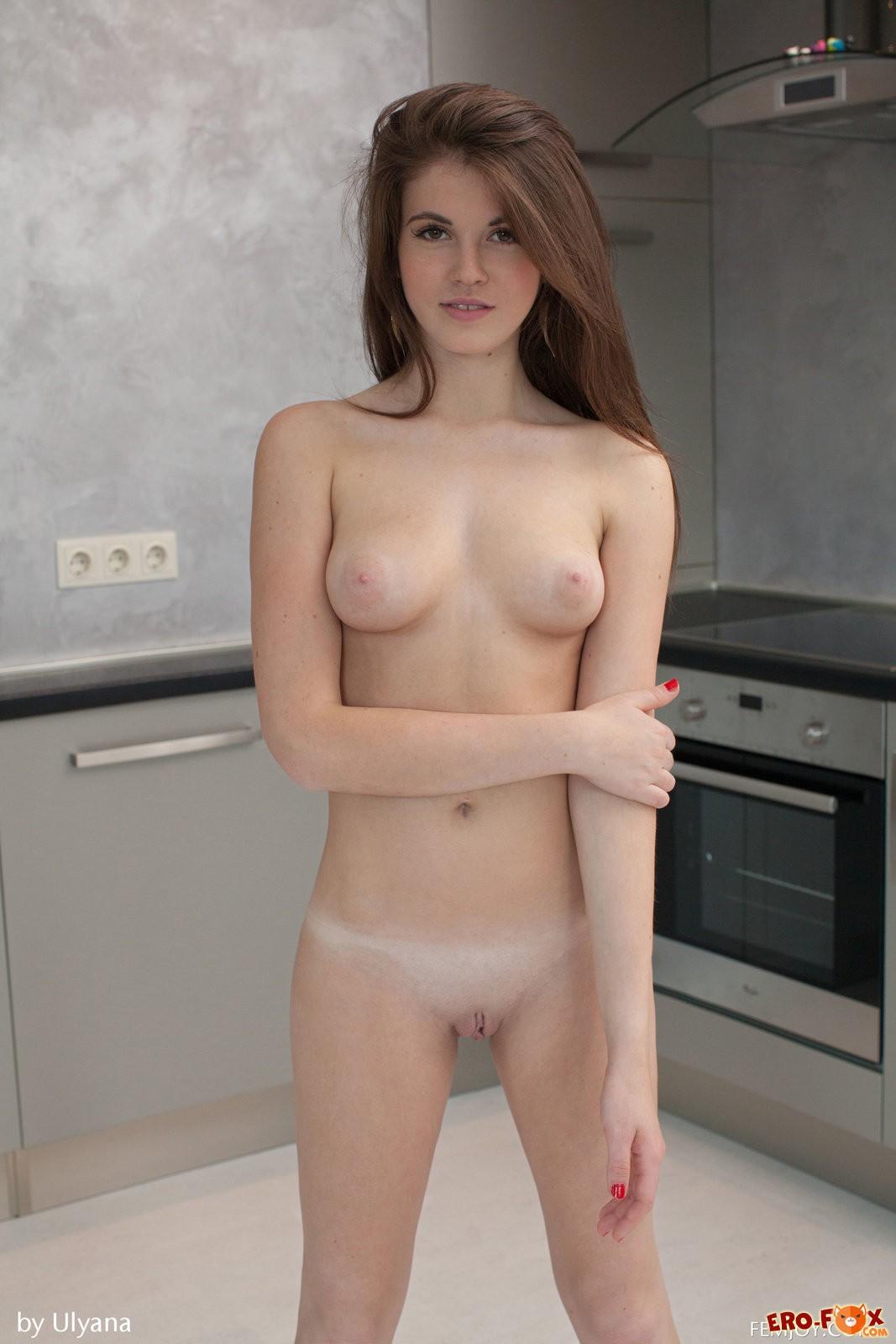 Молодая девушка снимает белые трусики