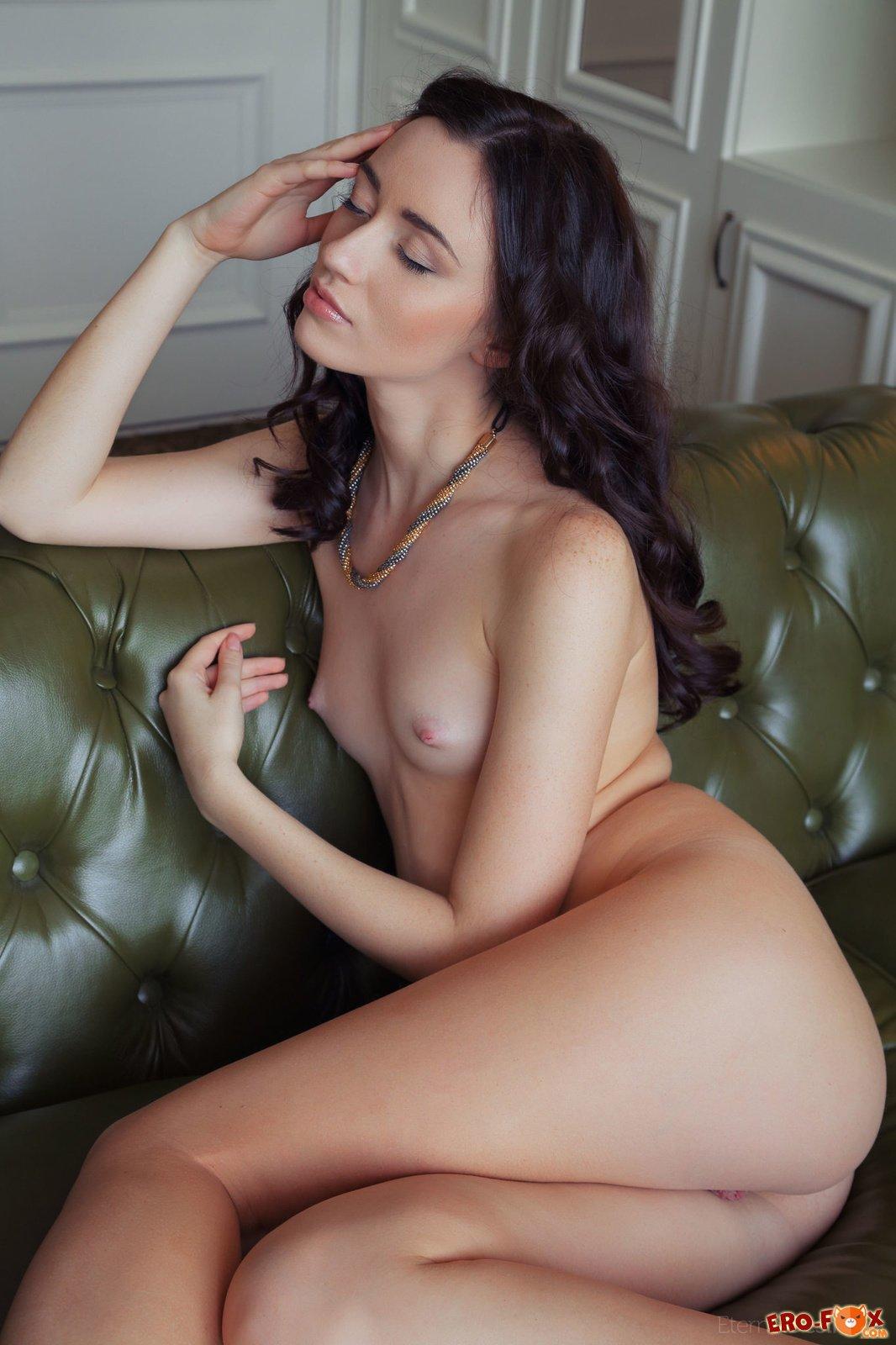 Брюнетка с маленькой плоской грудью  голой брюнетки.