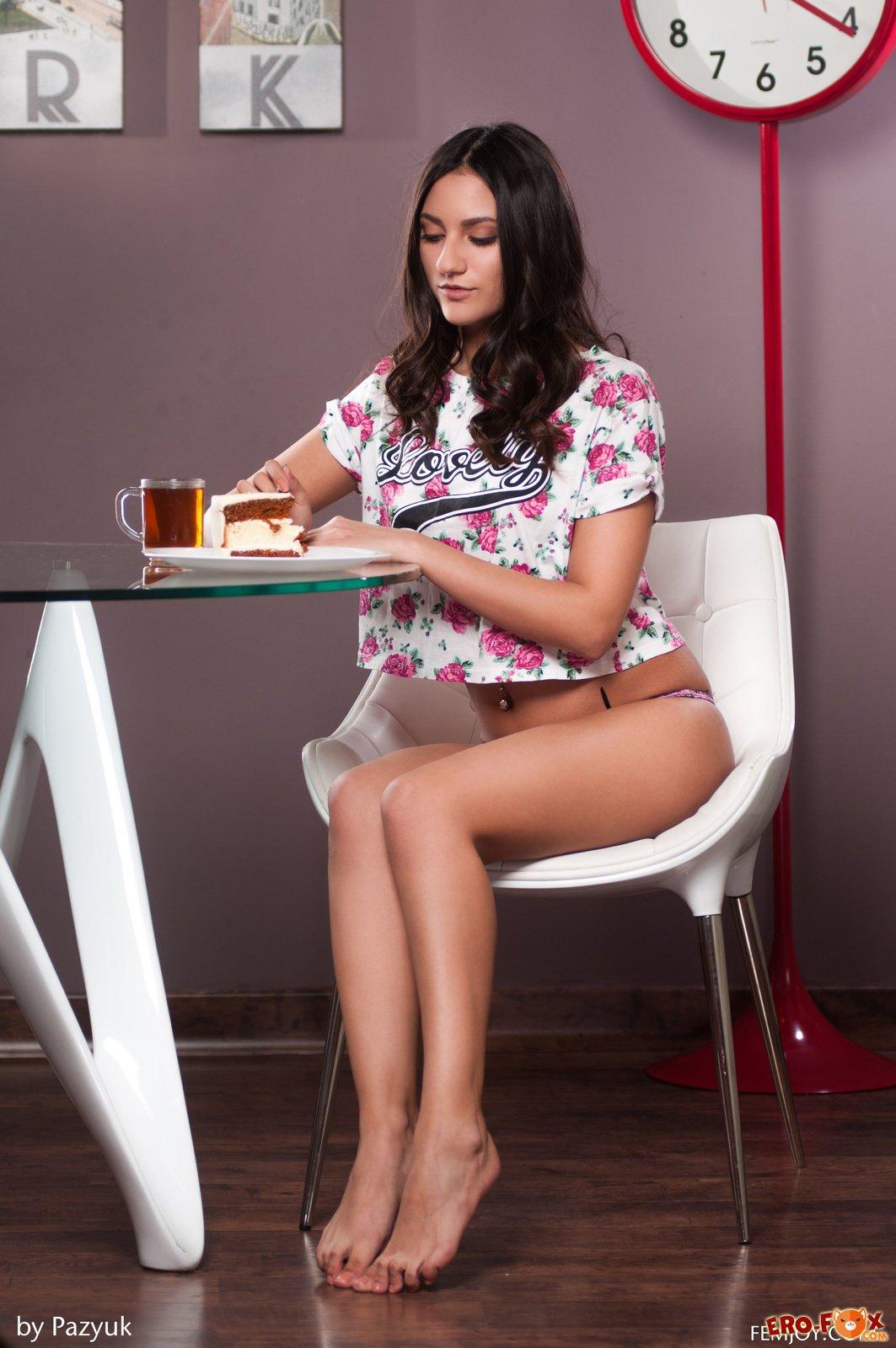 Голая девушка пьёт чай с тортом