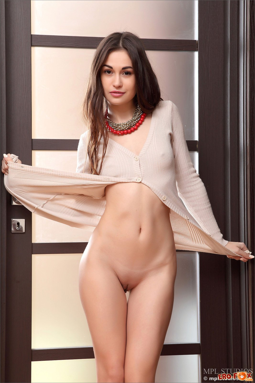 Красивая голая девушка с бусами
