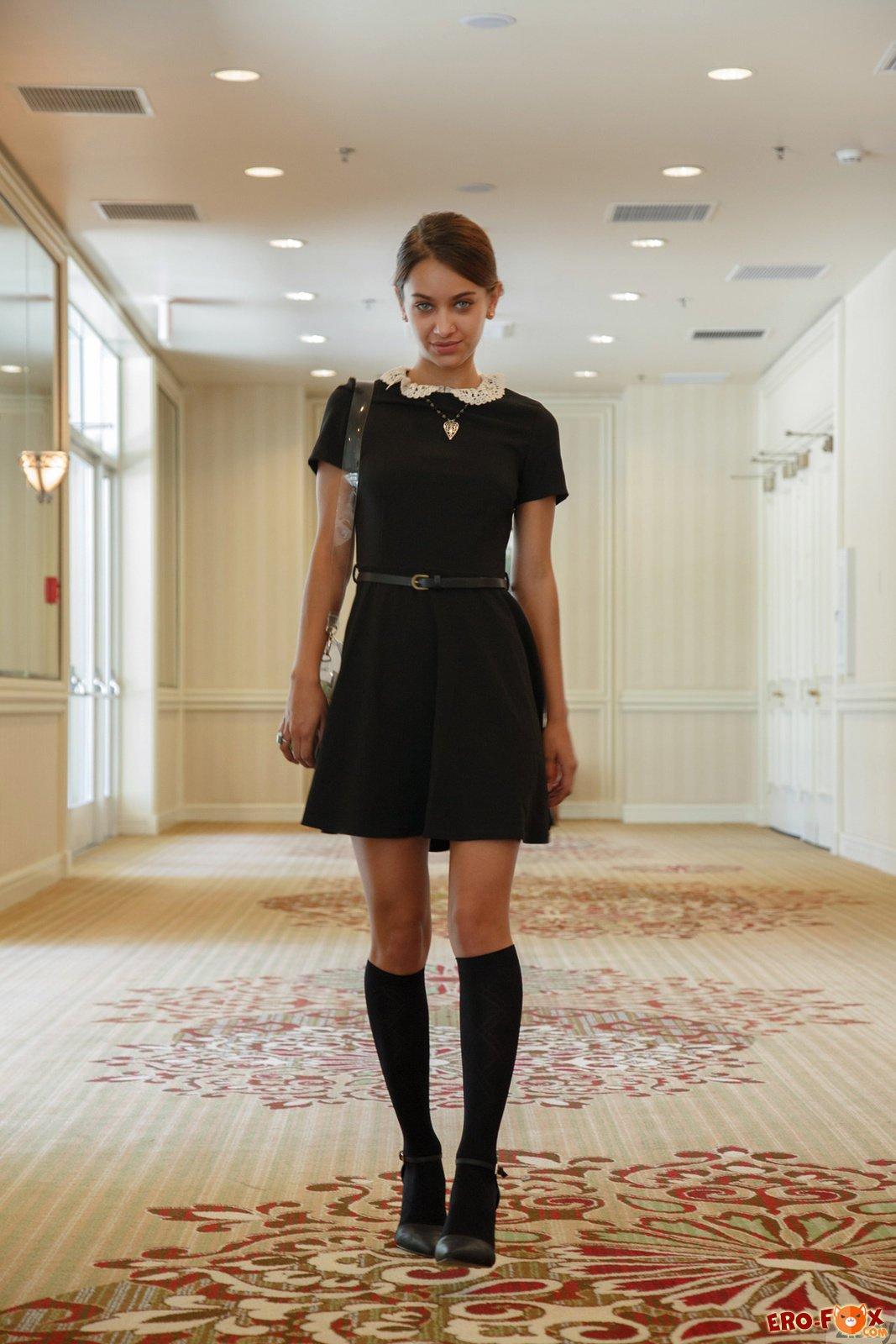 Девушка показывает трусики под платьем