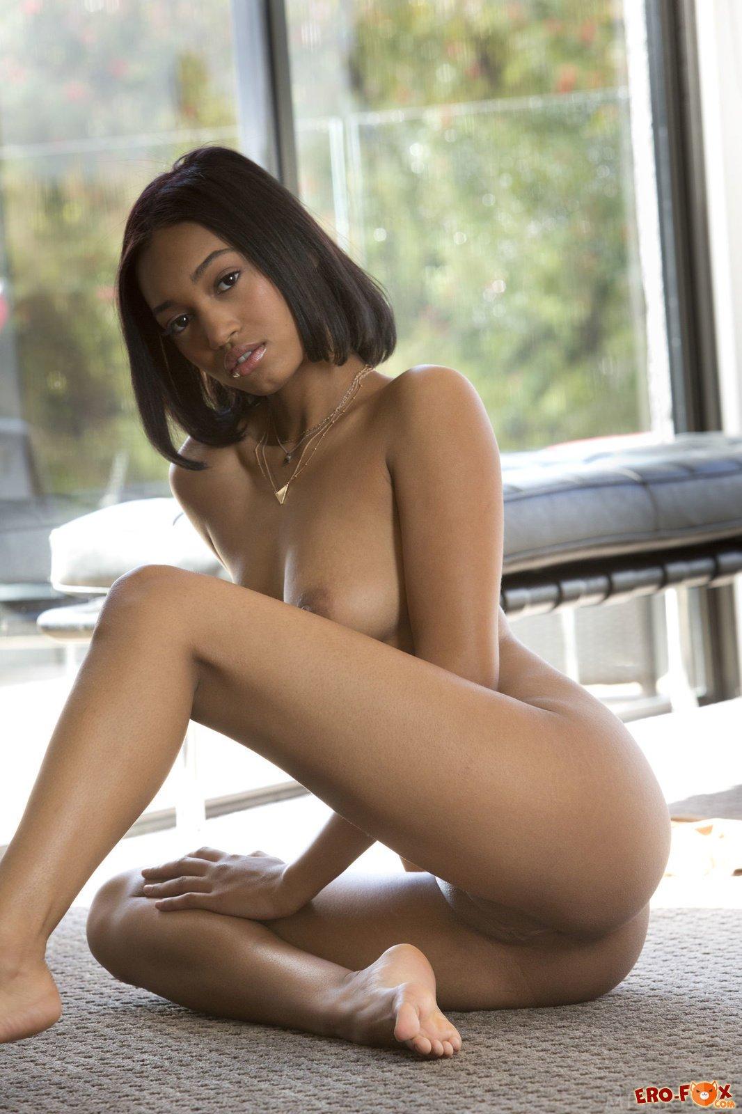 Сексуальная красивая негритянка без трусов