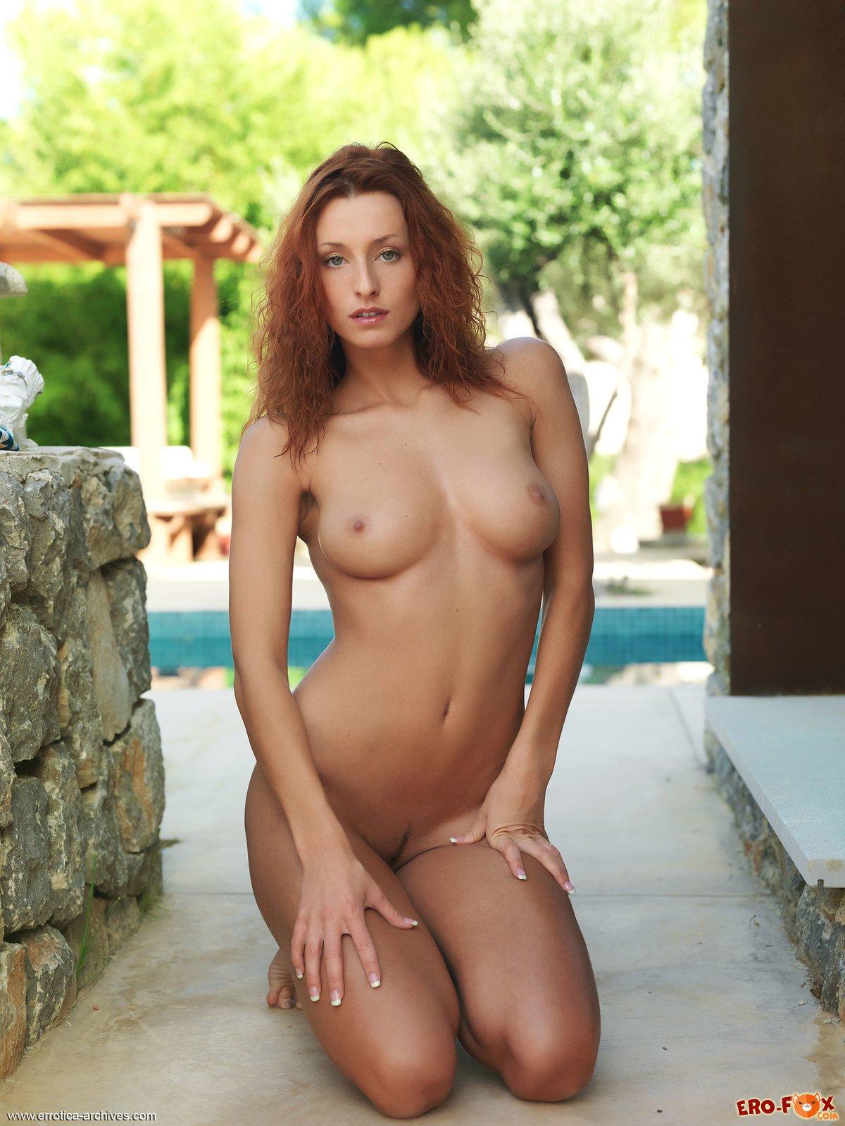 Рыжая с большой упругой грудью