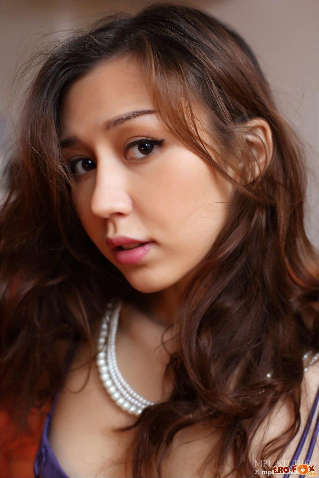Азиатка с красивой попкой в чулках без трусиков
