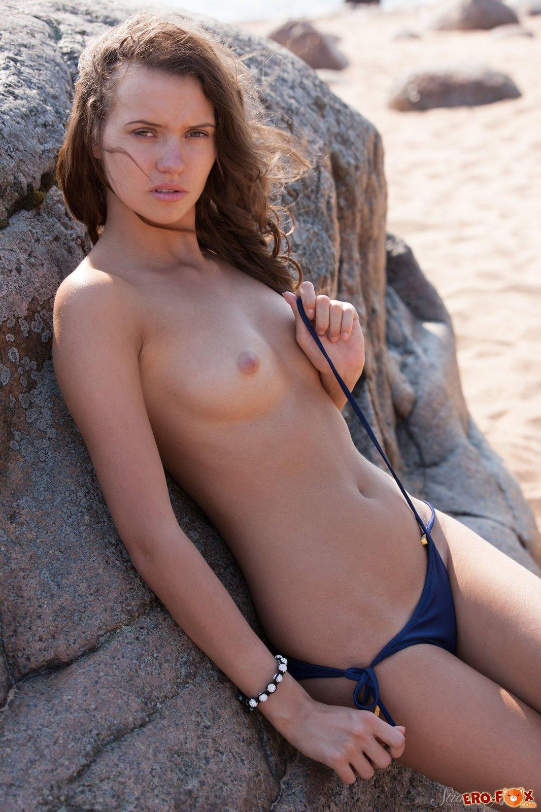 Красивая голая девушка на камне