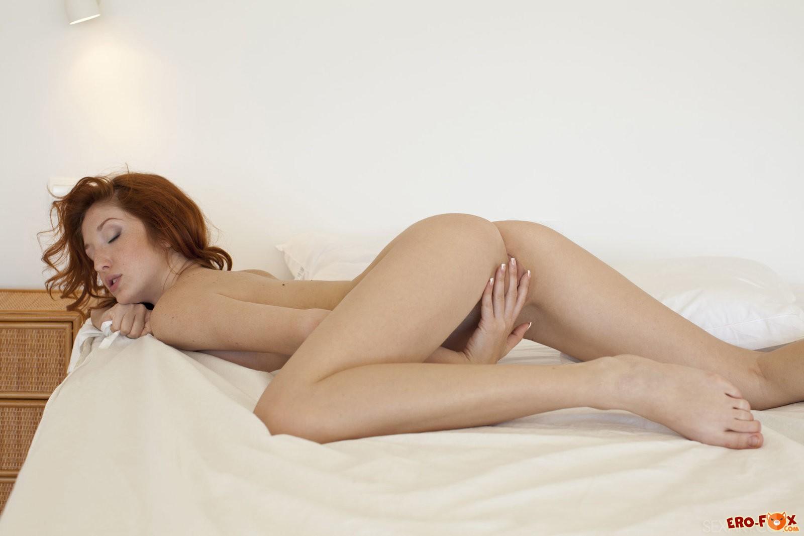 Рыжая бестия снимает трусики в постели