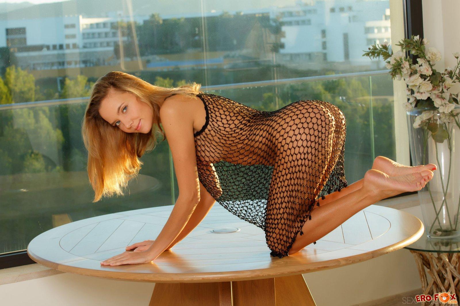 Красивая голая девушка на столе  блондинки.