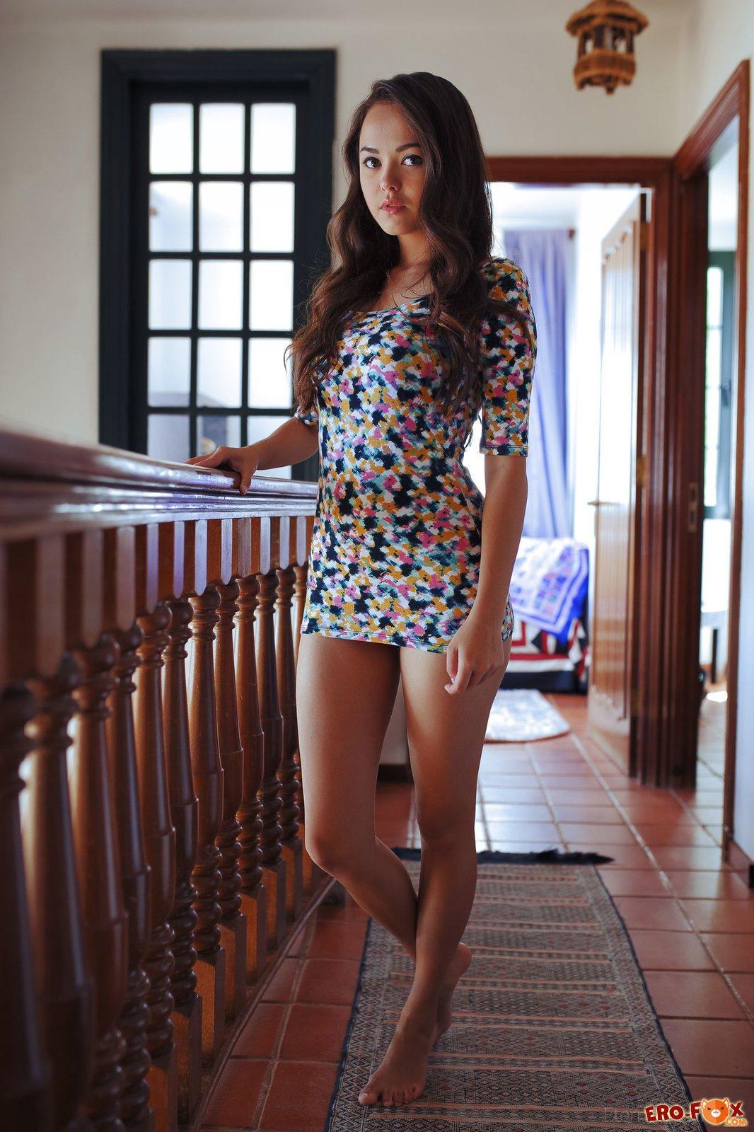 Стройная азиатка сняла короткое платье