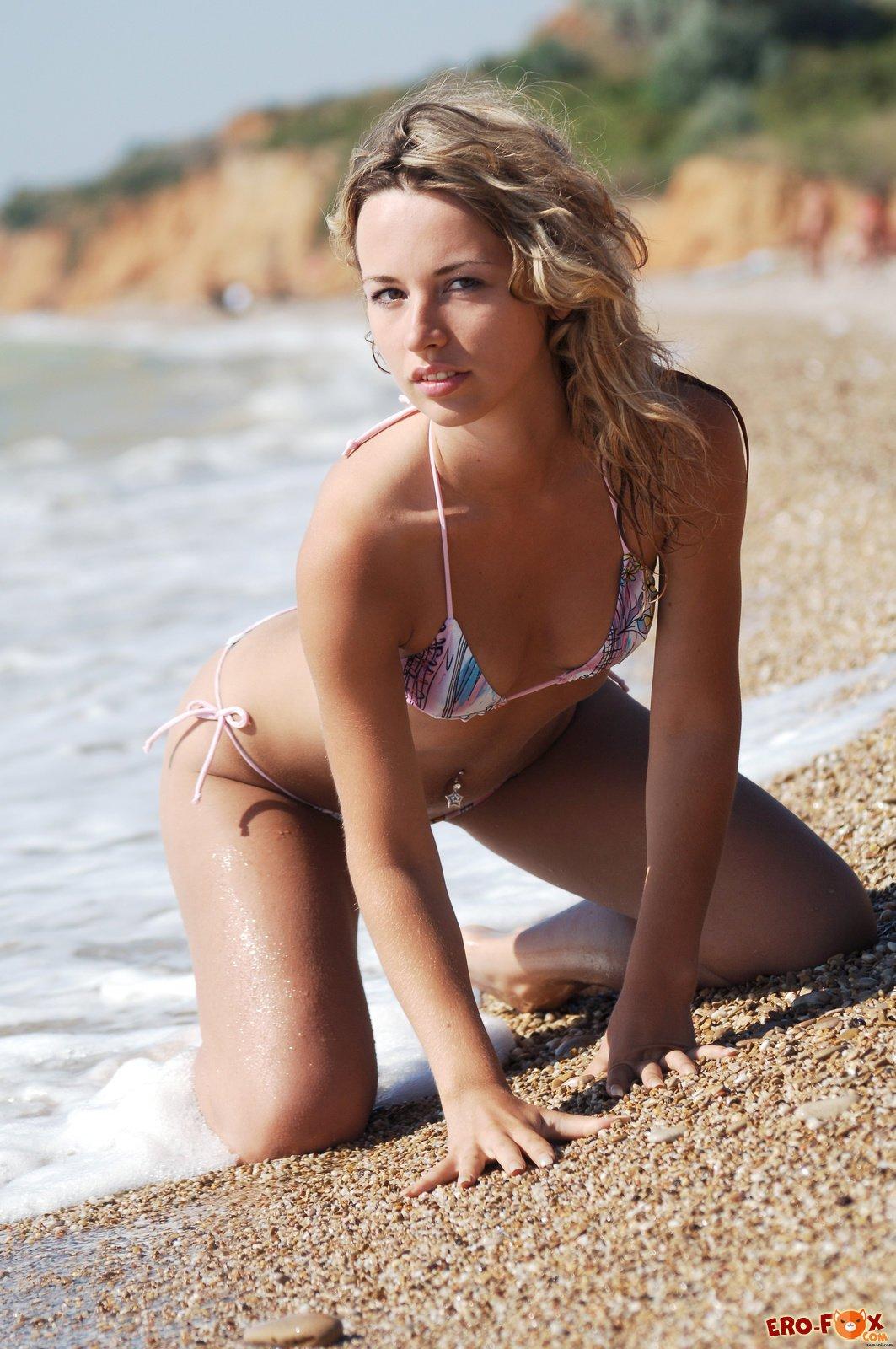 Девушка разделась на пляже при людях