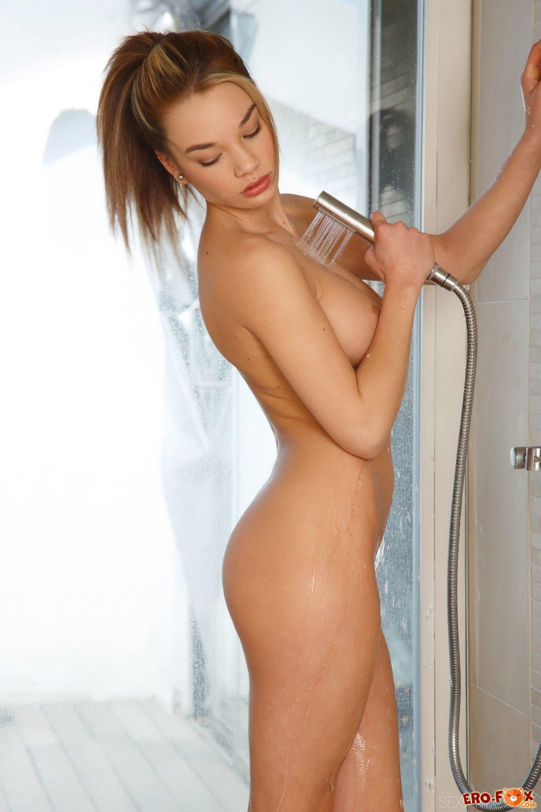 Грудастая голая девушка под душем