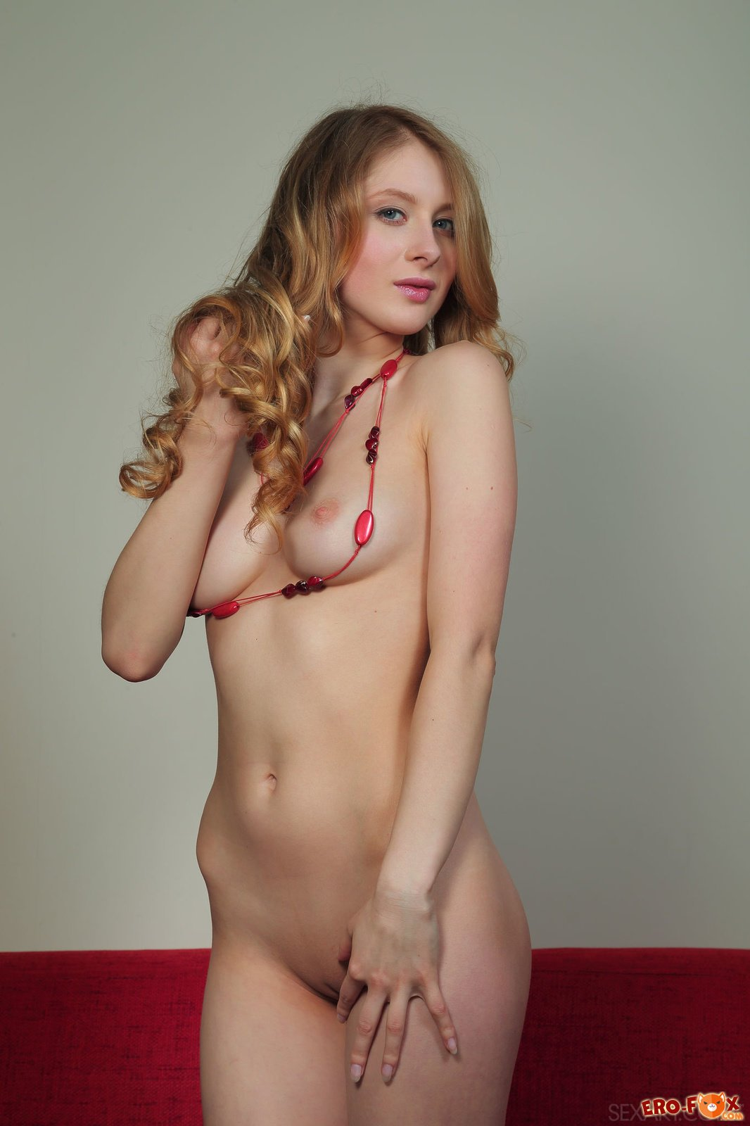 Сексуальная голая девушка раком на диване