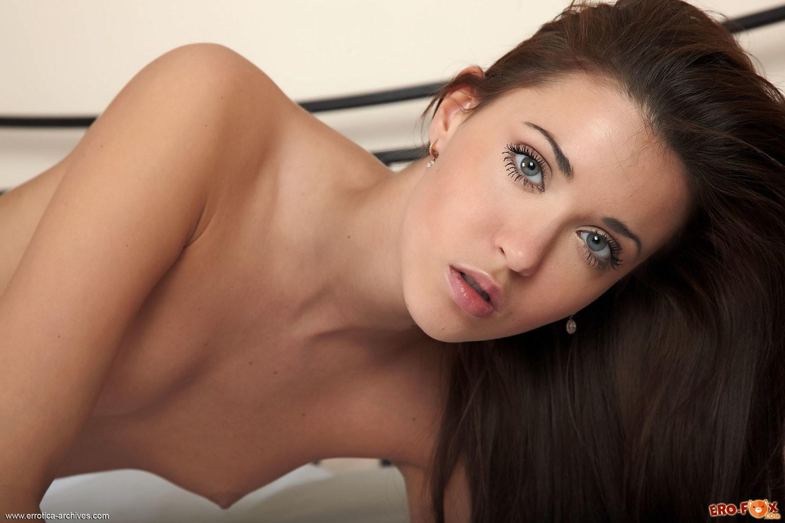 Голая девушка на белой кровати