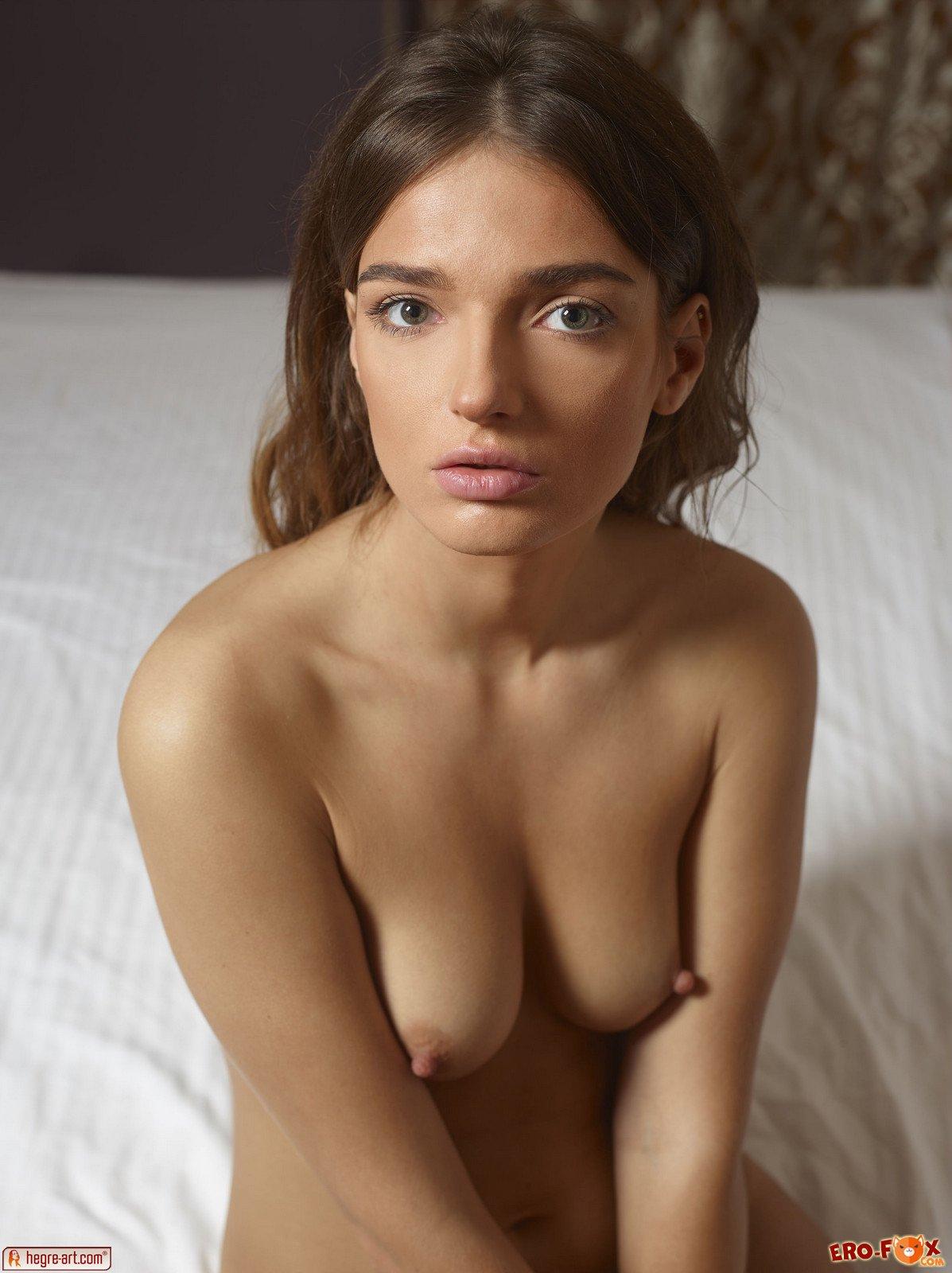 Голая девушка с красивой попкой в постели