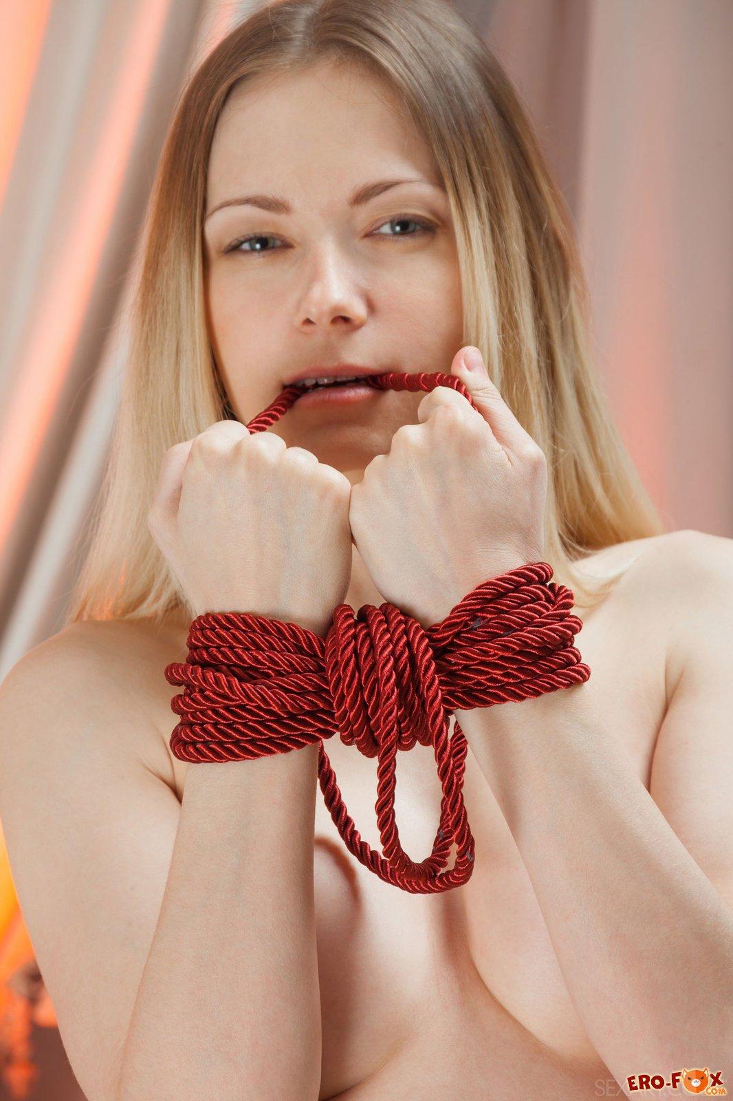 Голая девушка со связанными руками