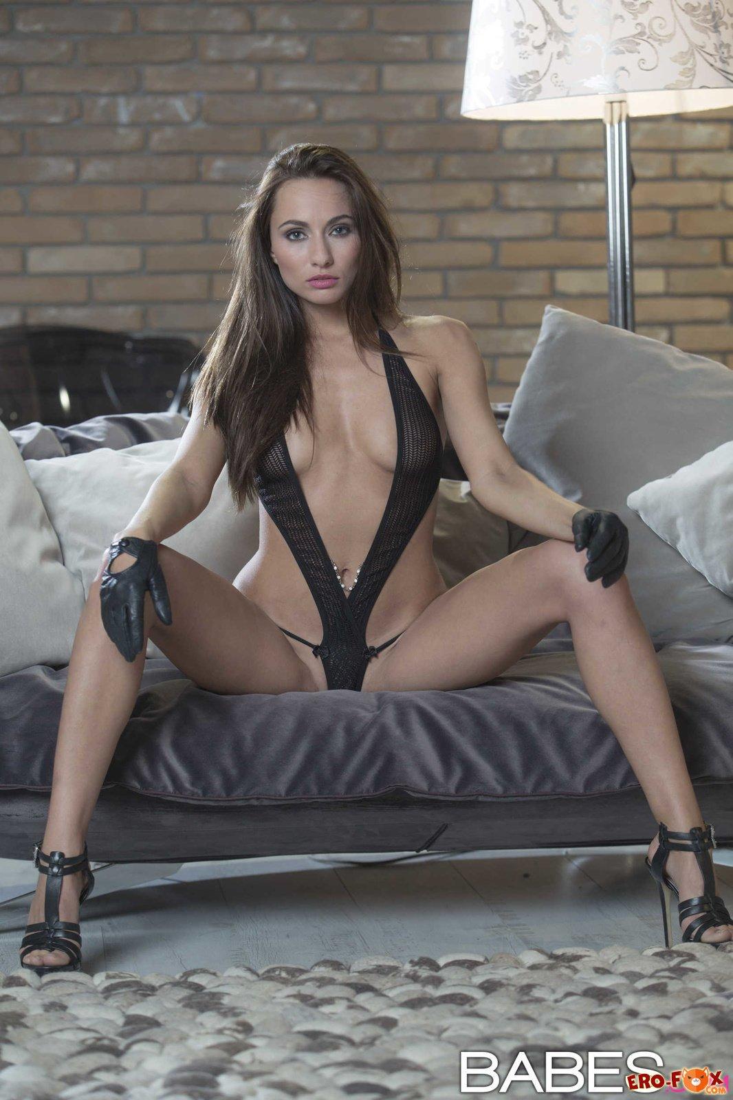 Очень красивая и сексуальная девушка с голой писей