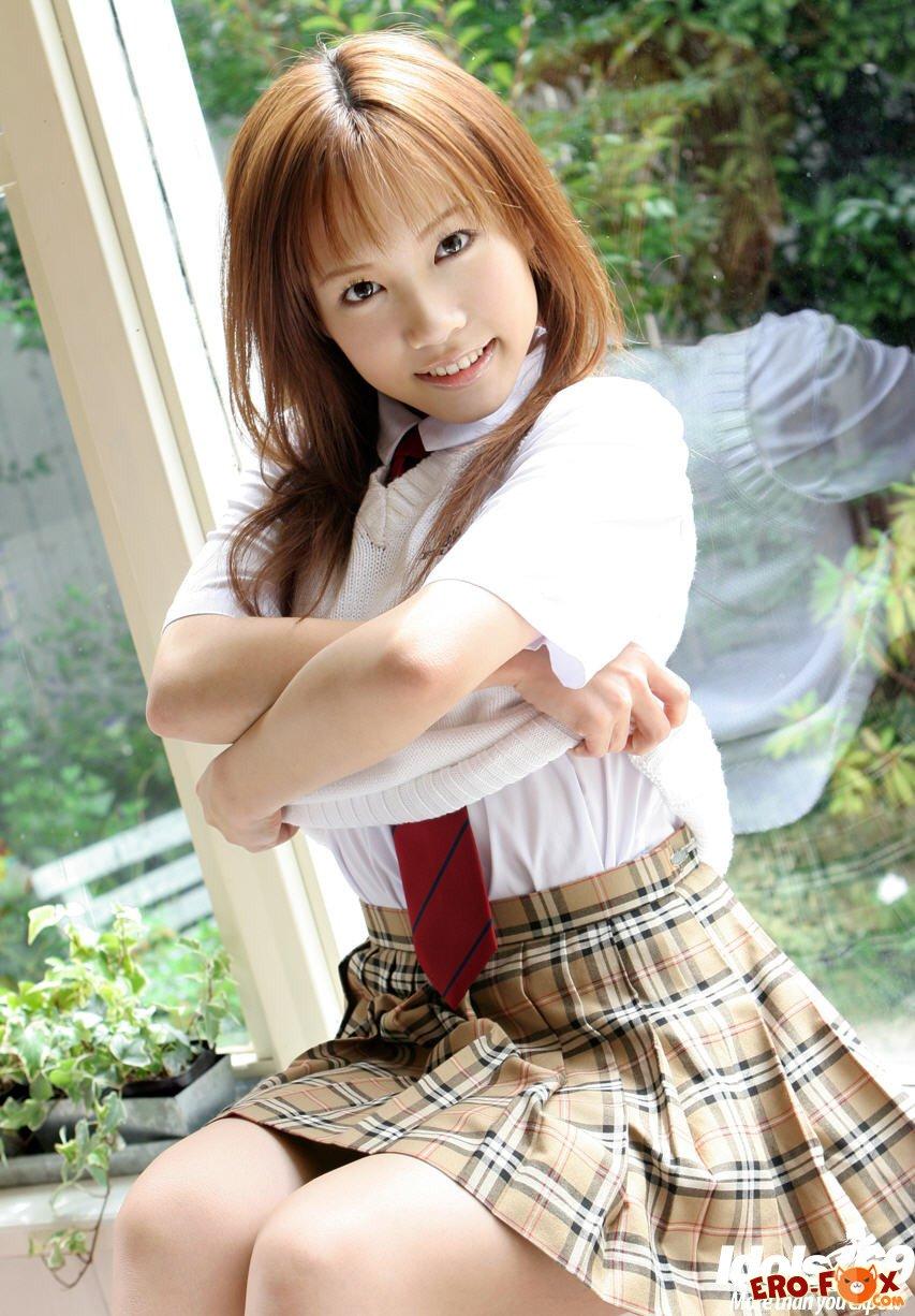 Азиатка в белых трусиках под юбкой