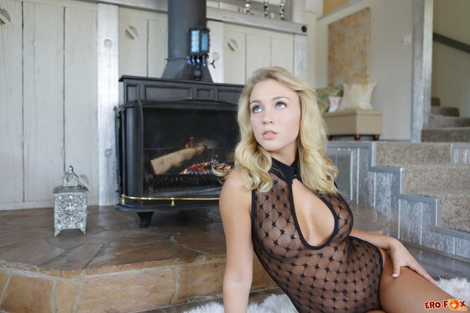 Сиськастая голая блондинка с дилдо