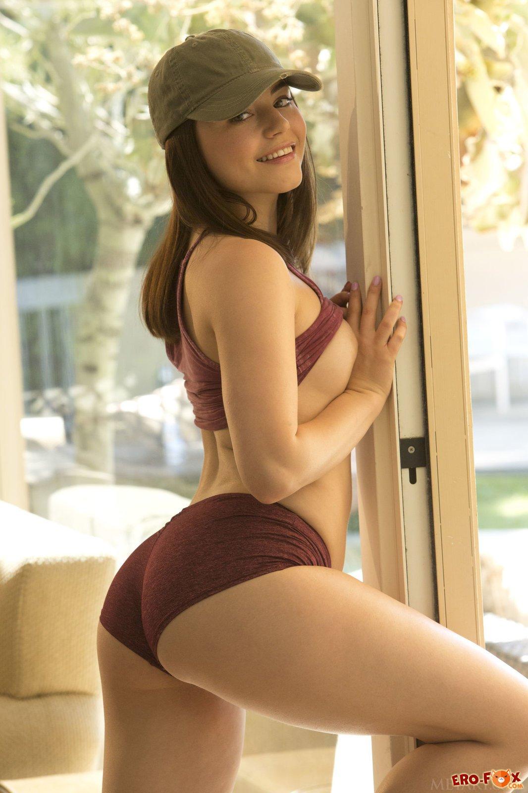Сексуальная девушка с красивой попой и бритой киской .