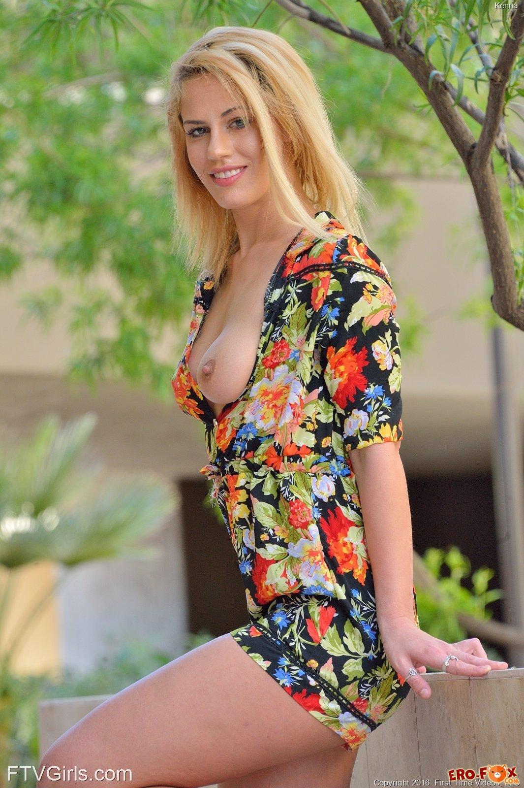Соблазнительная блондинка показывает свои прелести .