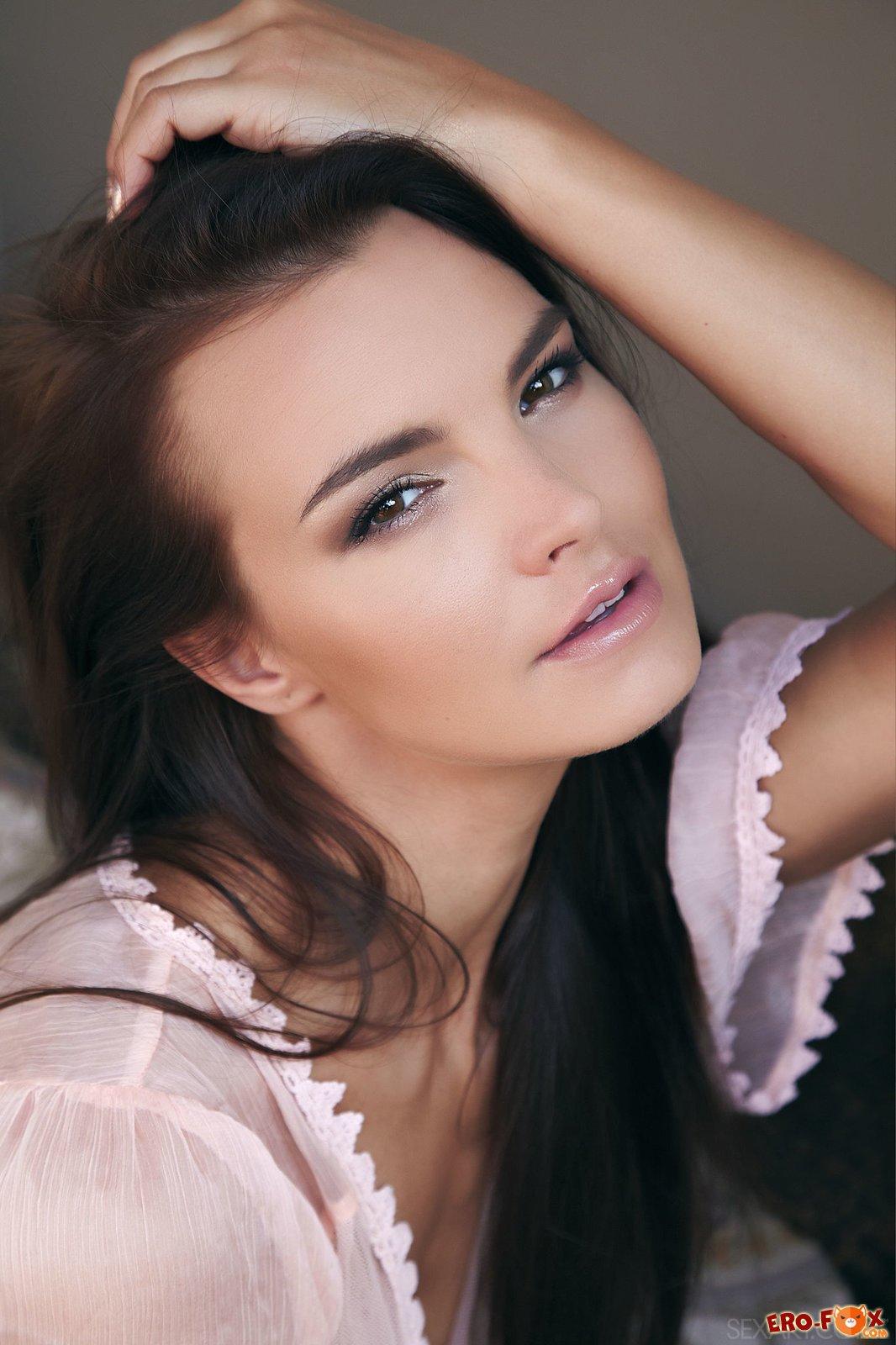 Соблазнительная девшка в ночной рубашке без трусиков .