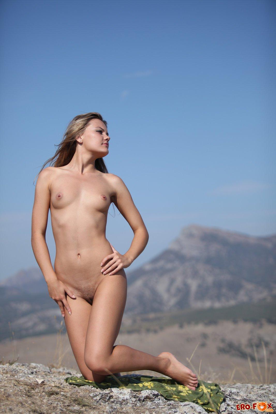 Сексуальная девушка позирует голая в горах