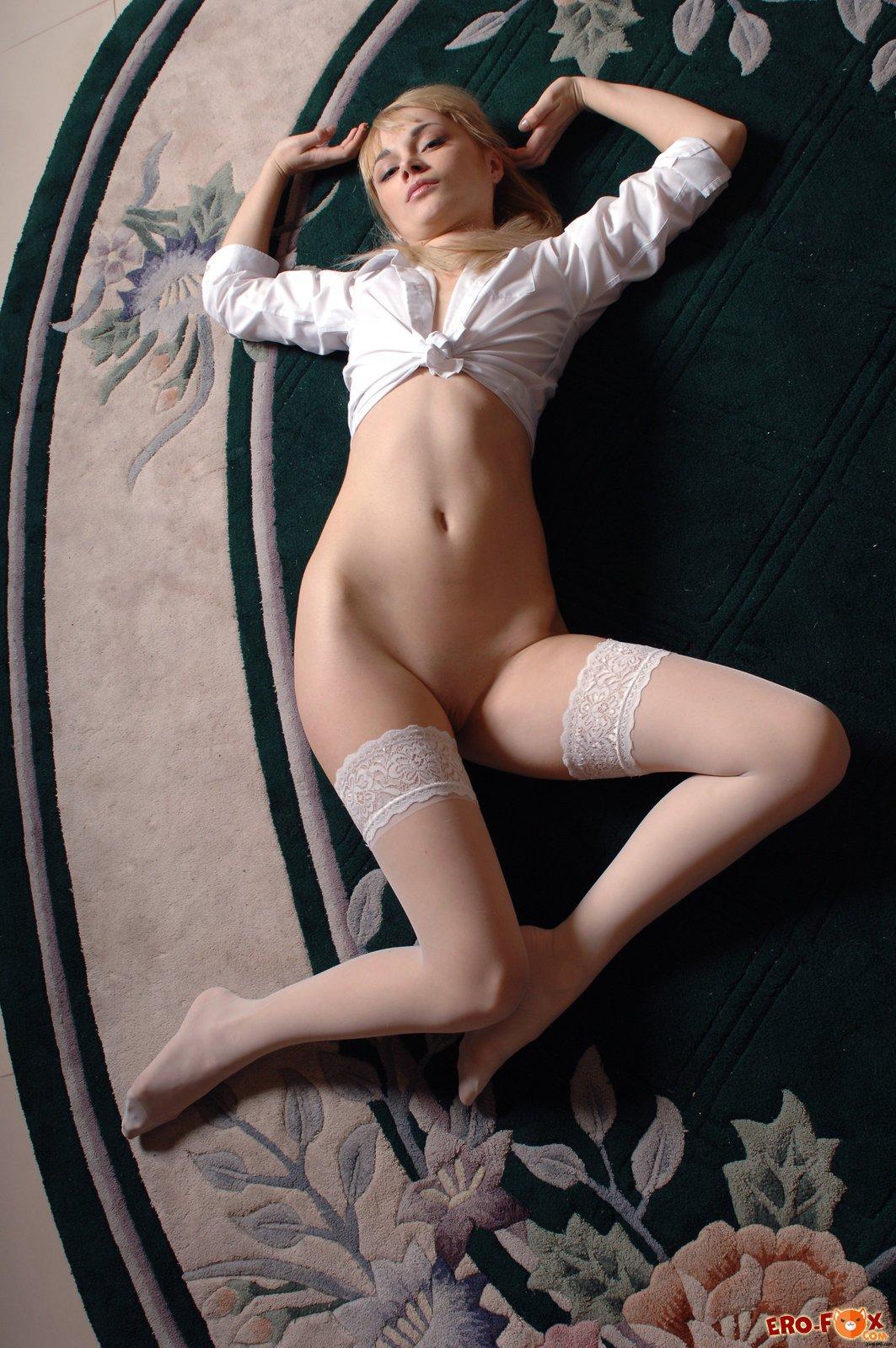 Голая блондинка в белых чулках