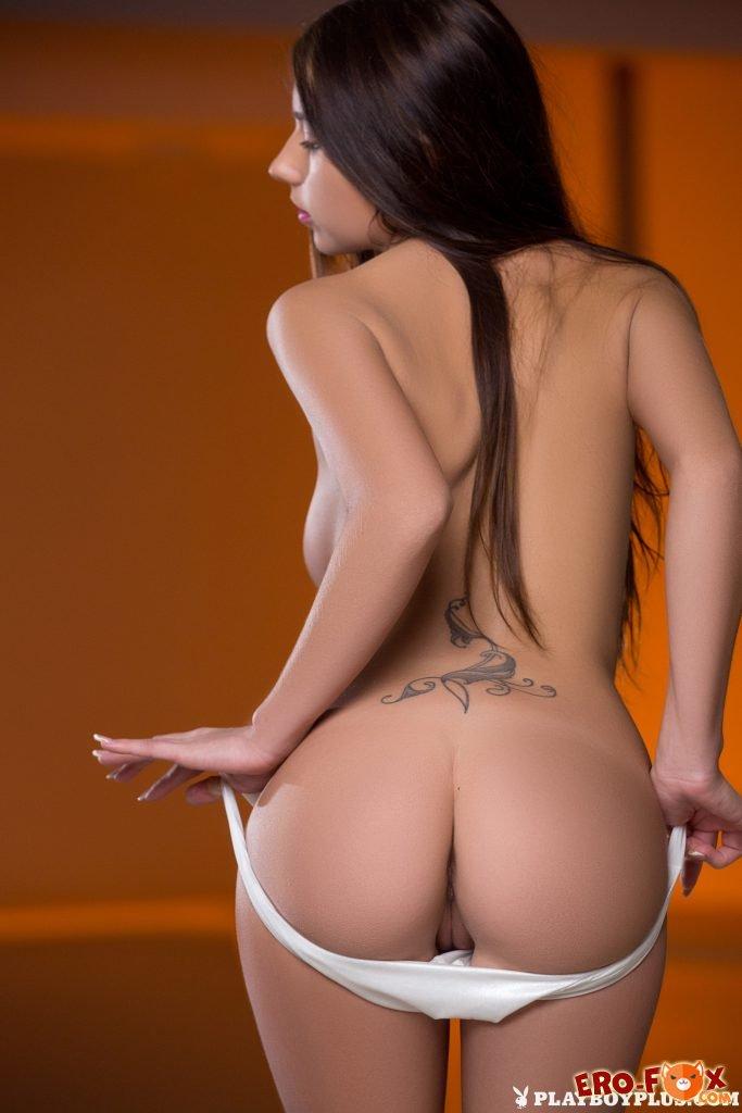 Девушка снимает купальник и голая погружается в воду .