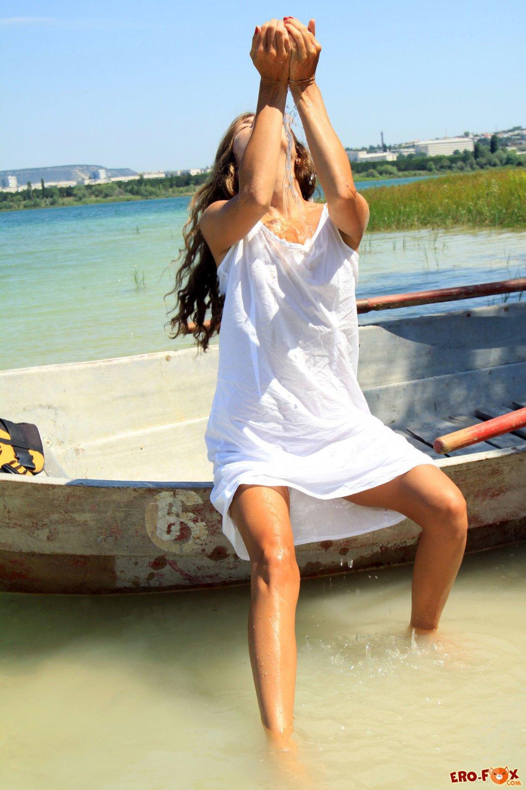 Голая русская девушка в лодке на озере