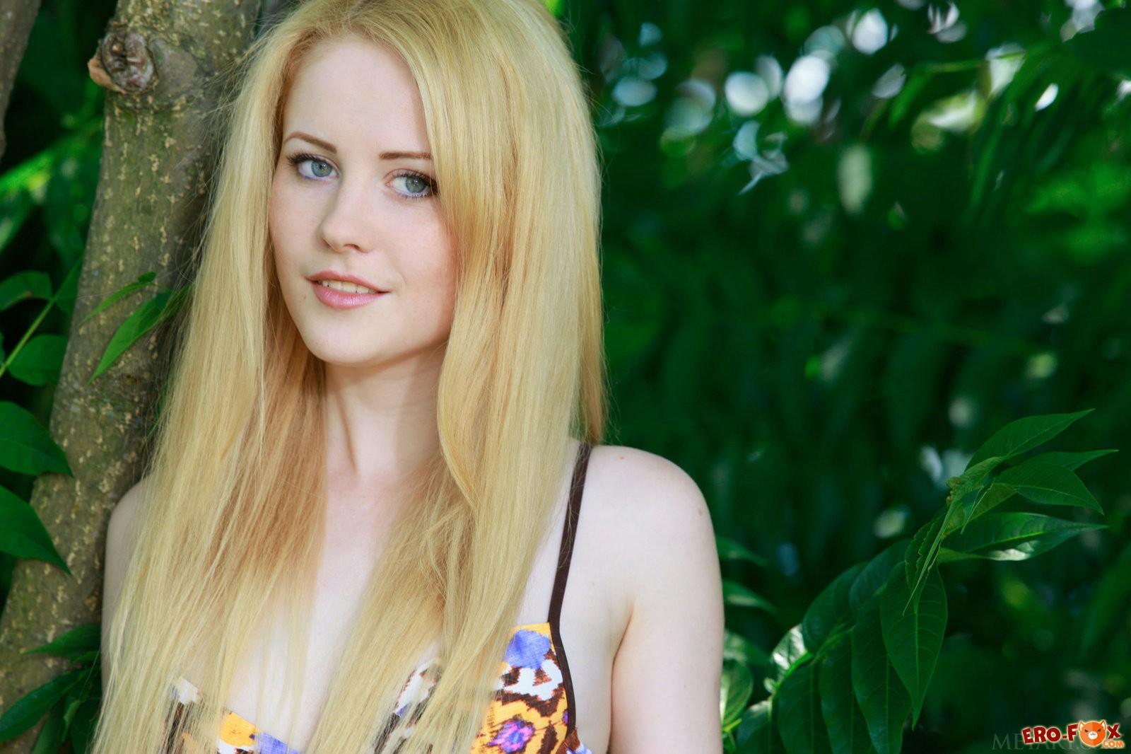 Голая бледная блондинка на природе