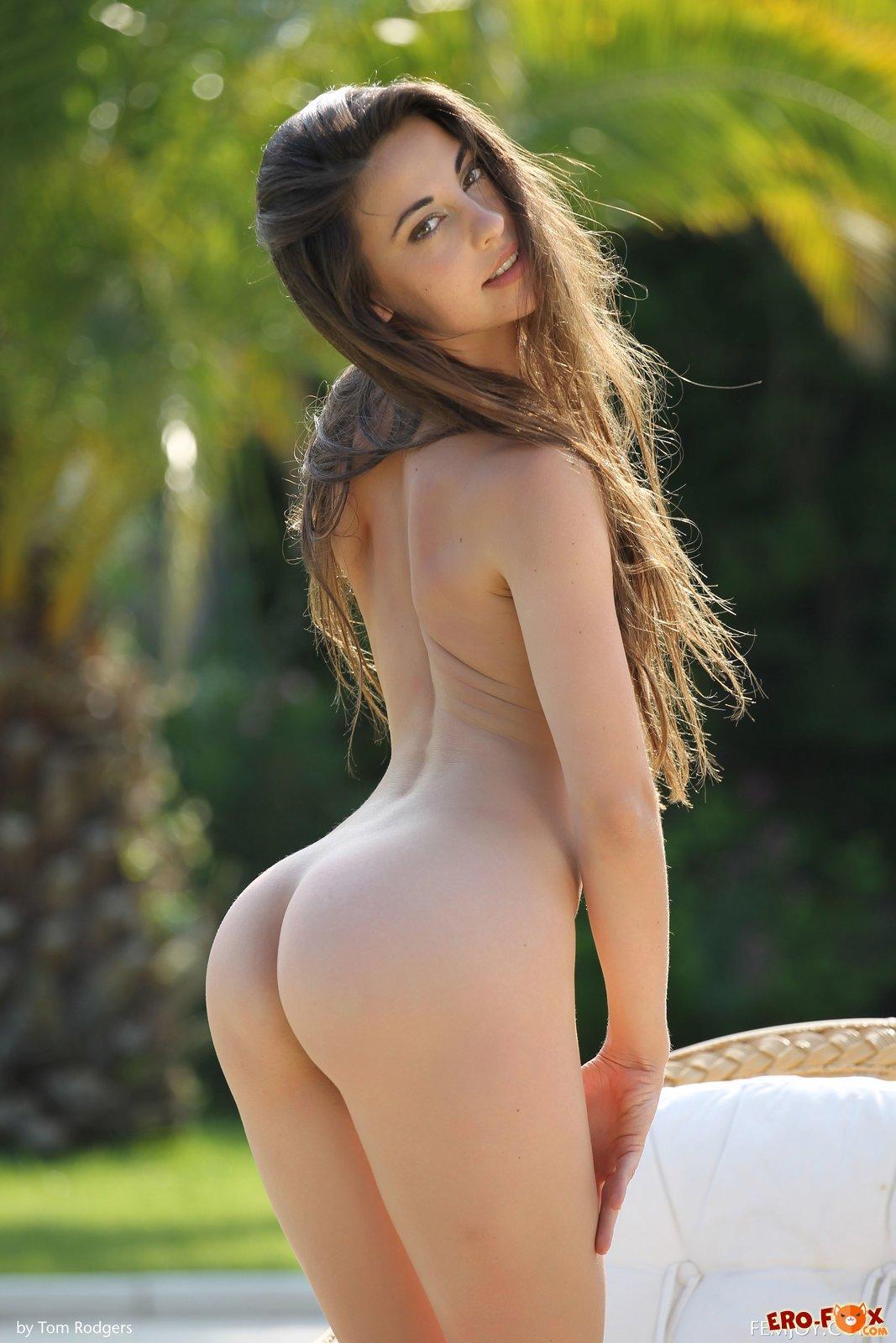 Голая девушка с длинными волосами  голой брюнетки.