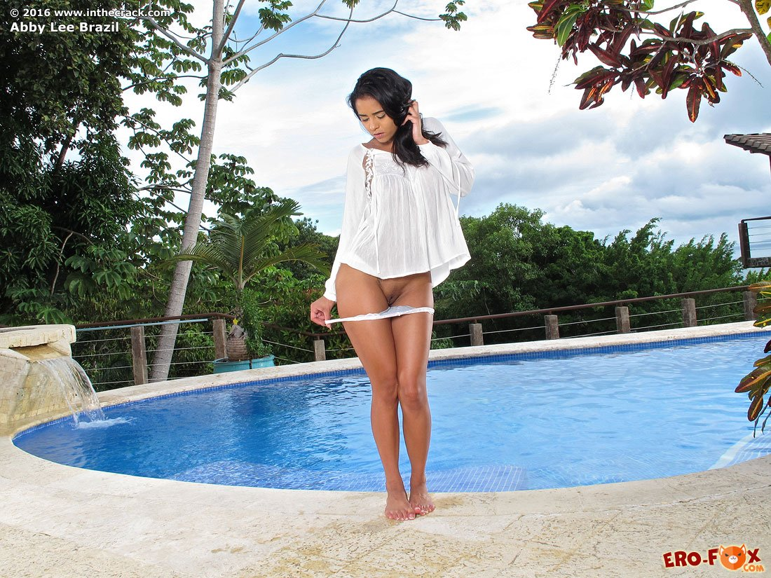 Красивая голая девушка в бассейне  голой брюнетки.